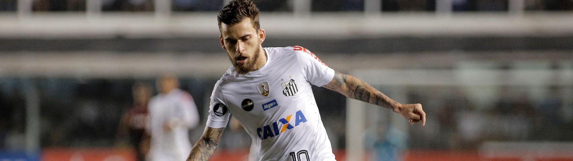 O meia Lucas Lima, do Santos, atua em jogo contra o Atlético-PR pela Copa Libertadores