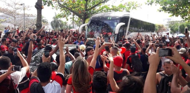 Torcedores do Flamengo lotam rua para apoiar o time para a final da Copa do Brasil