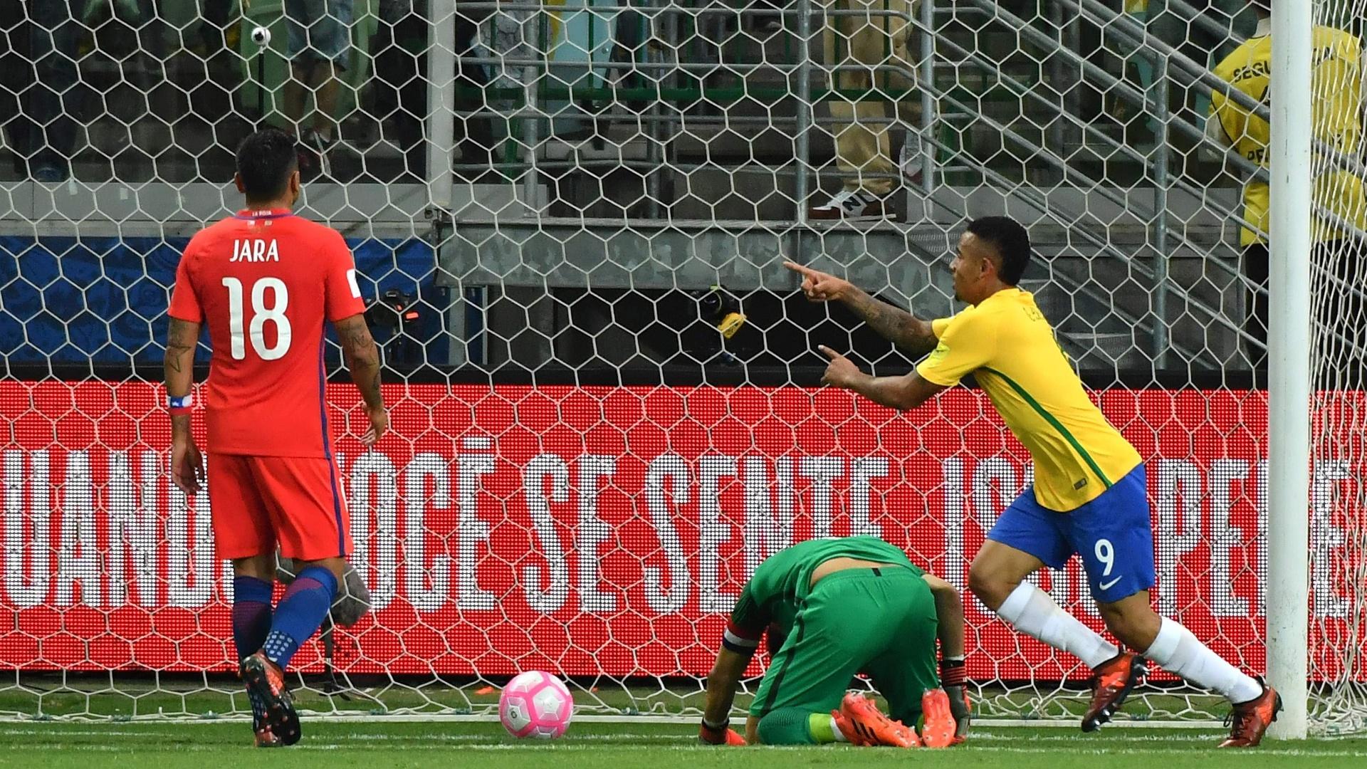Gabriel Jesus comemora o segundo gol do Brasil contra o Chile nas Eliminatórias