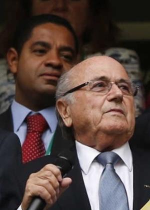 Alexandre Silveira (gravata vermelha), atrás de Blatter, durante abertura da Copa das Confederações de 2013 - Jorge Silva/Reuters