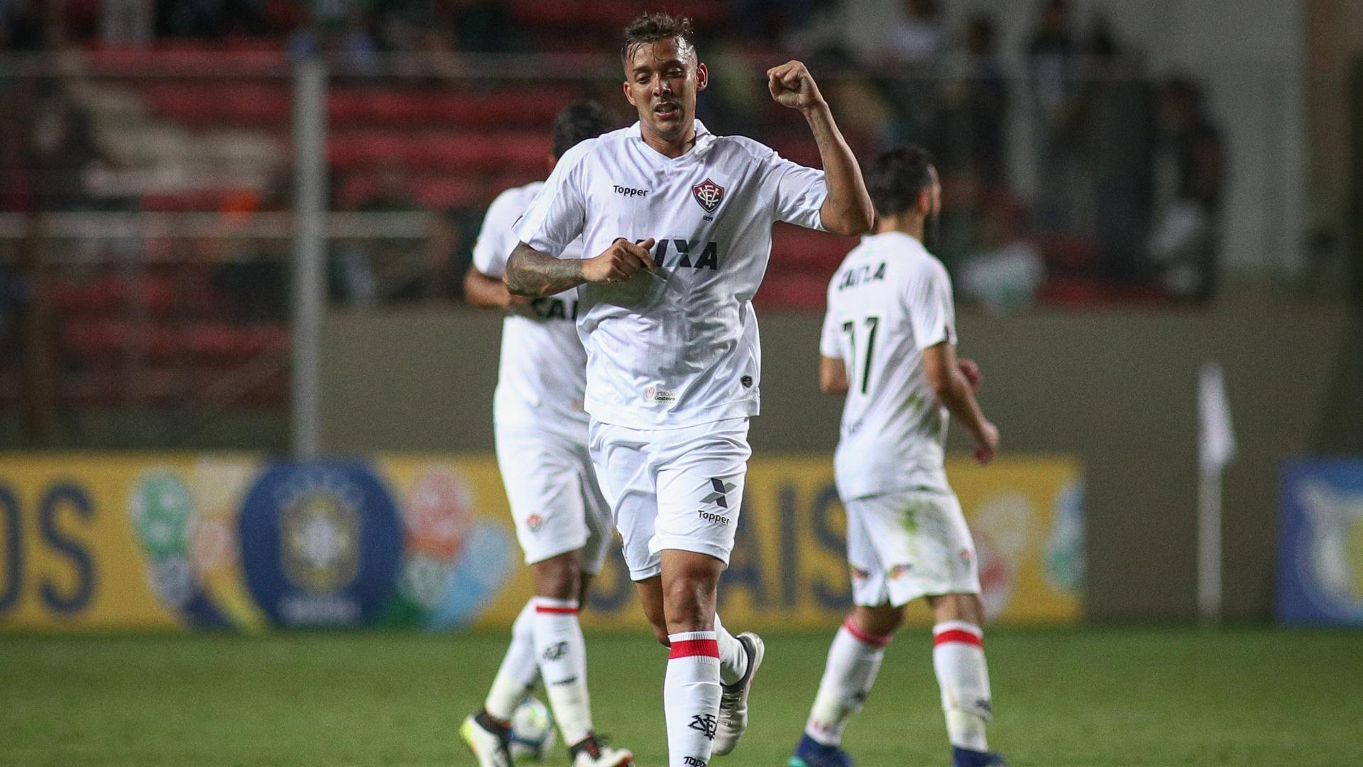 Pedro Botelho diminui para o Vitória e comemora