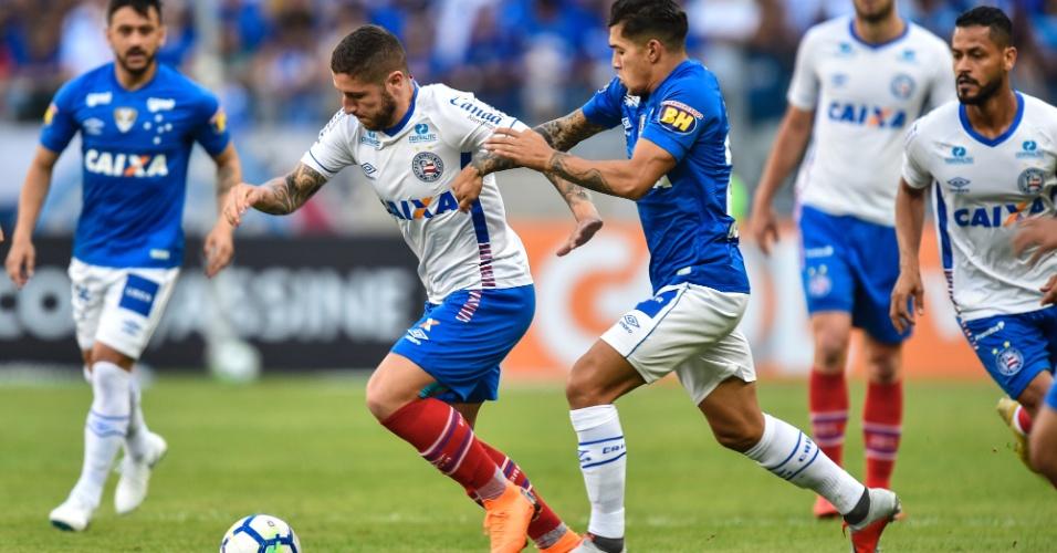 Zé Rafael passa pela marcação de Lucas Romero no jogo entre Cruzeiro e Bahia
