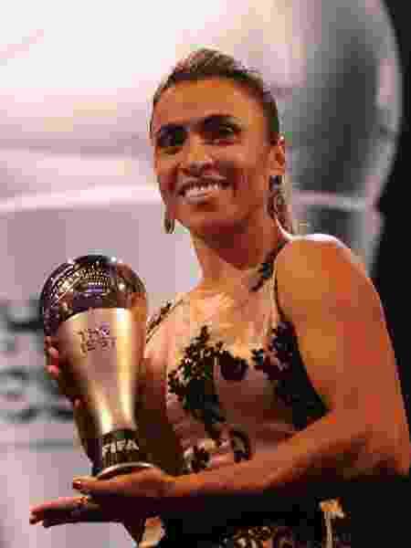 Marta posa para foto com o prêmio de melhor jogadora do mundo - Alexander Hassenstein - FIFA/FIFA via Getty Images - Alexander Hassenstein - FIFA/FIFA via Getty Images