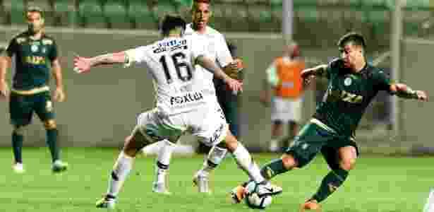 Araos e Leandro Donizete dividem a bola em América-MG x Corinthians - Mourão Panda / América - Mourão Panda / América