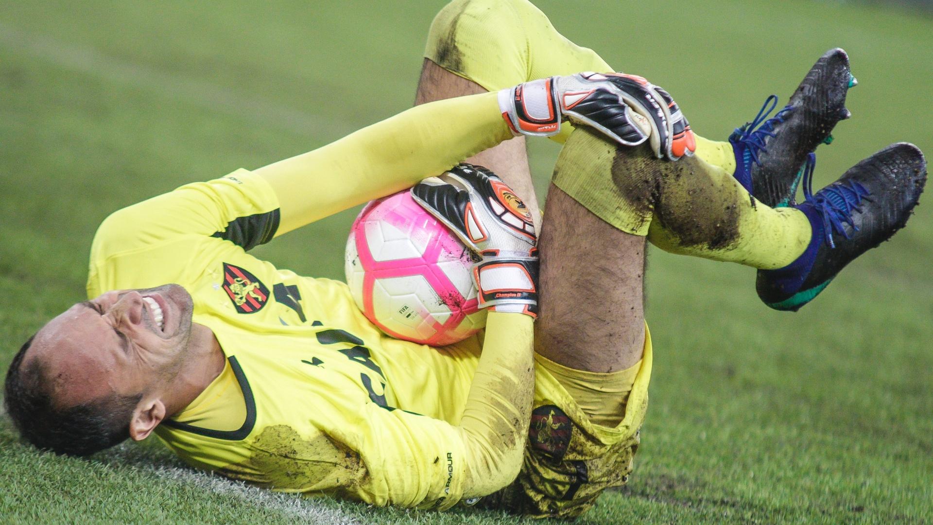 Goleiro Magrão sente lesão e deixa Sport com um a menos em duelo contra o Atlético-PR