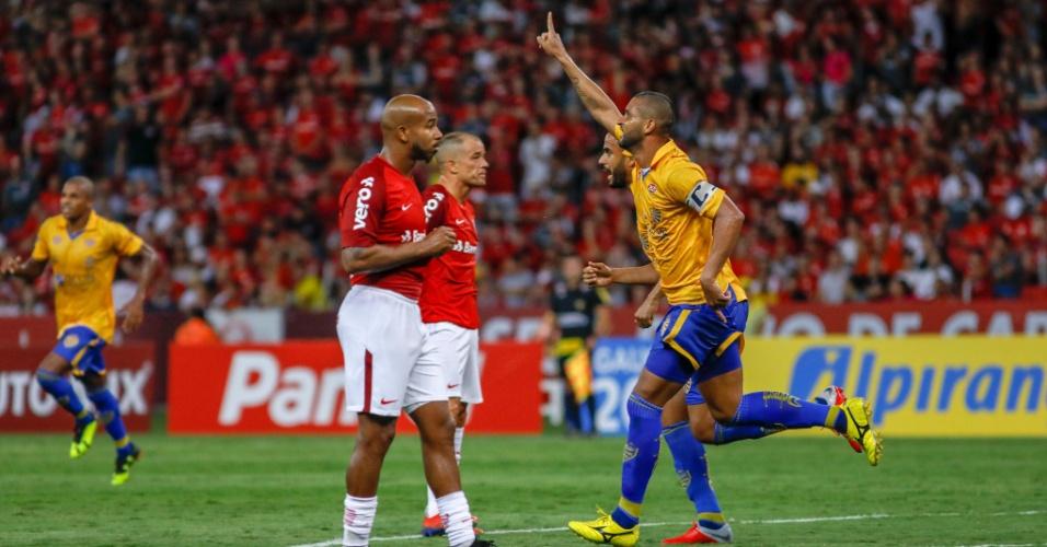 Jogadores do Pelotas comemoram gol contra o Internacional