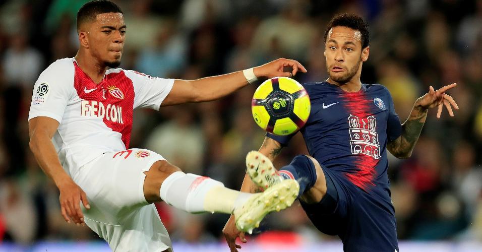 Neymar disputa bola na partida entre PSG e Monaco