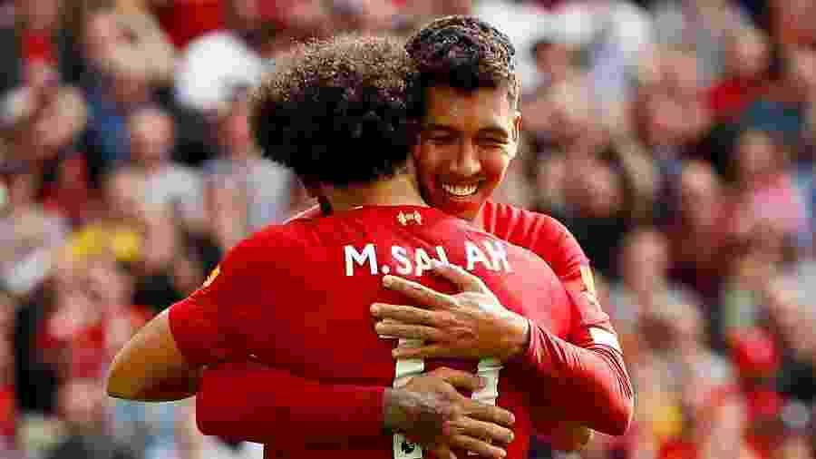 Salah e Firmino, duas das estrelas do Liverpool, dão um abraço após gol - Jason Cairnduff/Reuters
