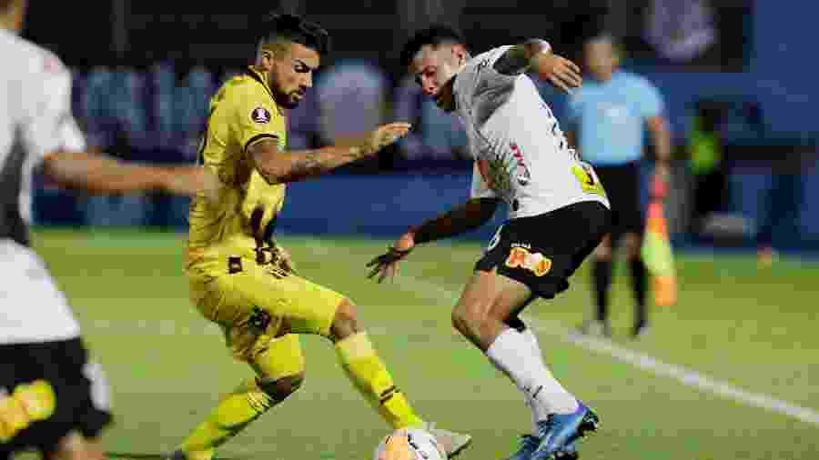 Sidcley em ação pelo Corinthians contra o Guaraní pela Libertadores; lateral não fez uma boa partida - Jorge Adorno/Reuters