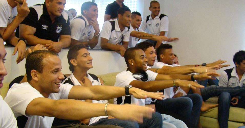 Ganso, Robinho e jogadores do Santos acompanham a convocação do Brasil para a Copa de 2010