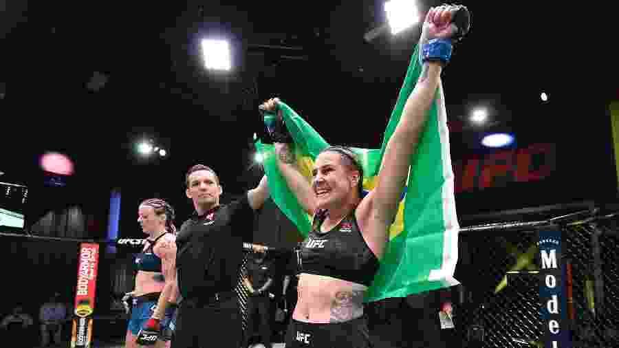 Jennifer Maia celebra vitória sobre Joanne Calderwood em luta do UFC em Las Vegas  - Chris Unger/Zuffa LLC via Getty Images