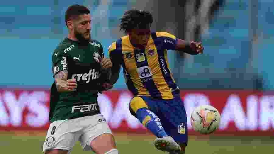 Zé Rafael disputa bola durante Delfín x Palmeiras, em jogo da Libertadores 2020 - Dolores Ochoa - Pool/Getty Images