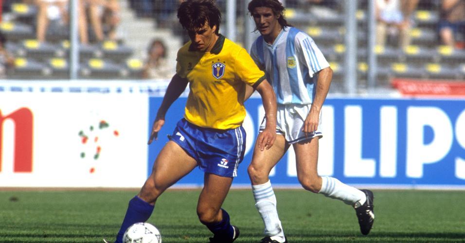 Dunga é marcado por Claudio Caniggia, durante as oitavas de final da Copa do Mundo de 1990, entre Brasil x Argentina