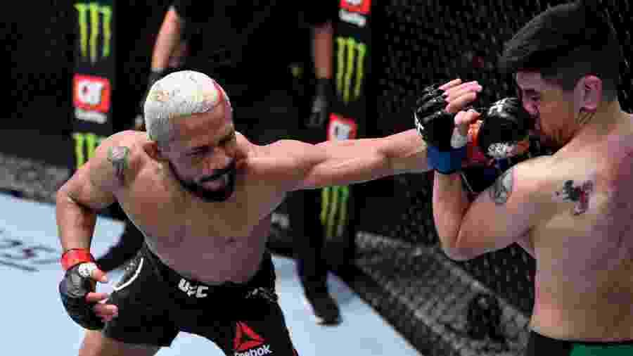Deiveson Figueiredo acerta golpe em Brandon Moreno no UFC 256, em Las Vegas (EUA) - Divulgação/UFC