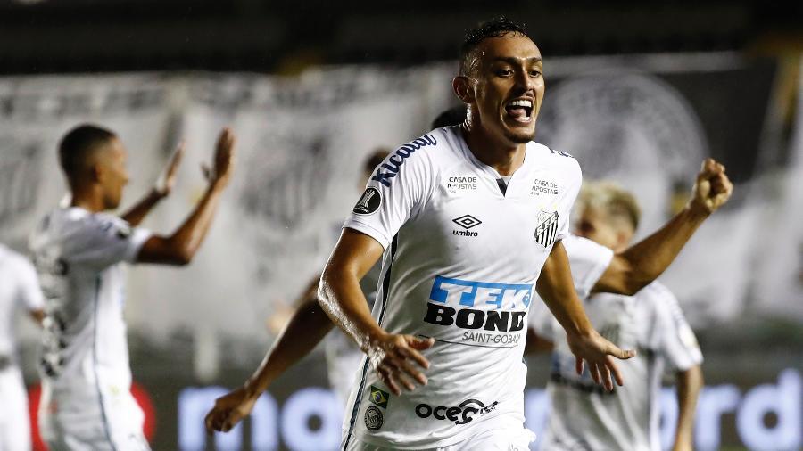 Pituca comemora gol do Santos sobre o Boca Juniors na semifinal da Copa Libertadores - Sebastiao Moreira-Pool/Getty Images
