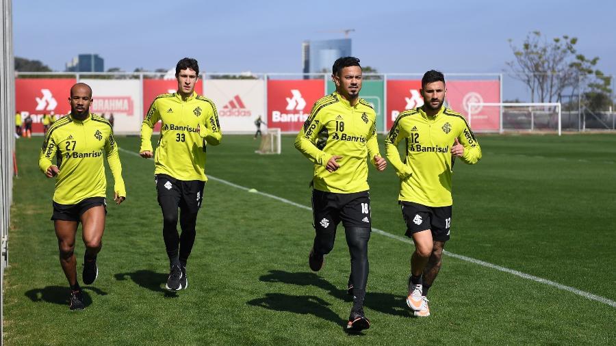 Patrick (e) está retornando aos treinos físicos e tem alguma chance de voltar ao Inter - Ricardo Duarte/Inter
