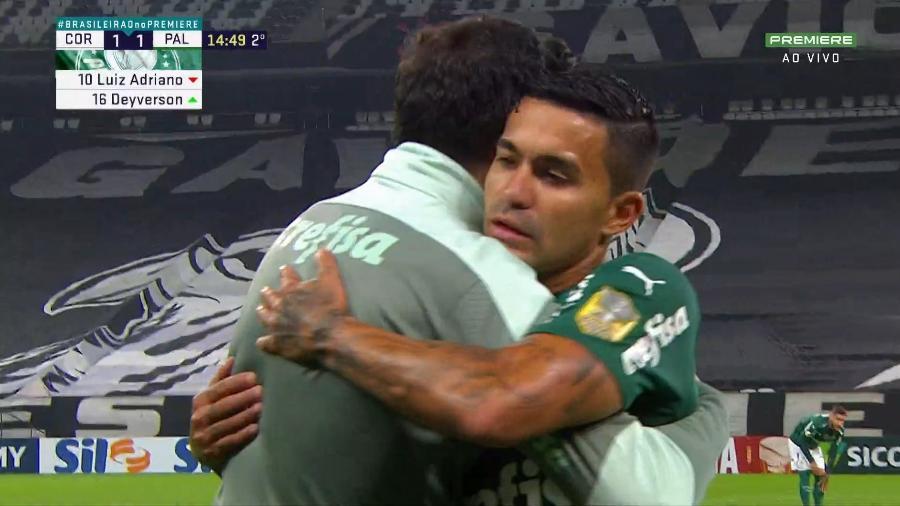 Dudu abraça Abel Ferreira ao ser substituído em Corinthians e Palmeiras - Reprodução/Twitter