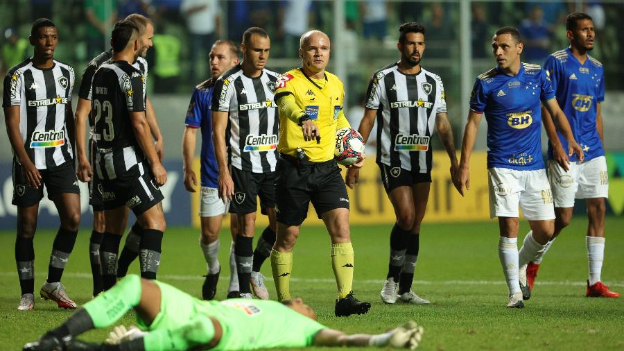 Jogadores de Botafogo e Cruzeiro cercam o árbitro Denis da Silva Ribeiro Serafim na partida válida pela Série B - GILSON JUNIO/W9 PRESS/ESTADÃO CONTEÚDO