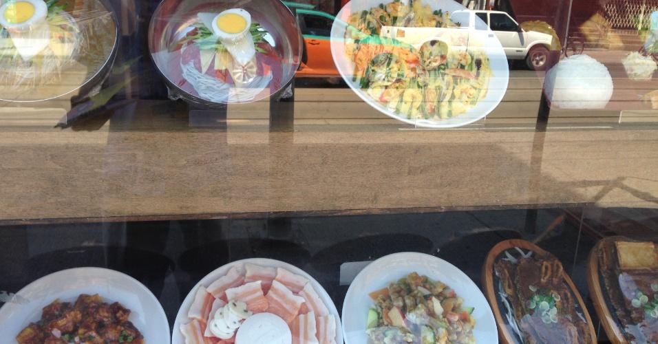 Alguns pratos são exibidos como forma de atrair a clientela