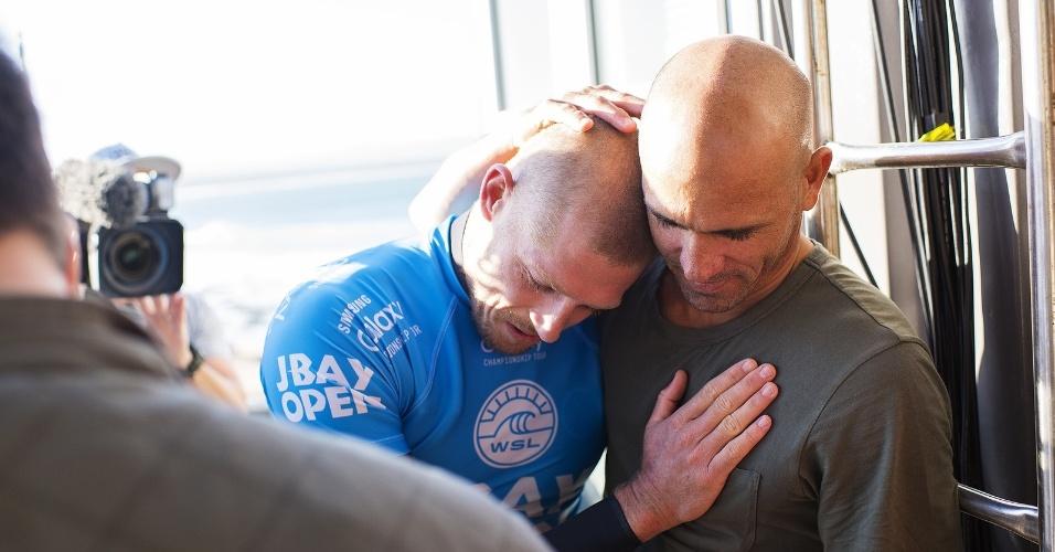 Mick Fanning (e) é consolado por um de seus maiores rivais, Kelly Slater, após sair ileso de um ataque de tubarão na etapa da África do Sul