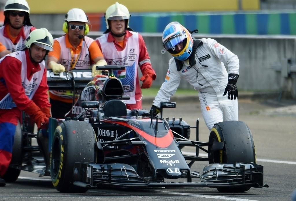 Fernando Alonso conduziu a McLaren até os boxes na tentativa de voltar para terminar treino, mas não conseguiu