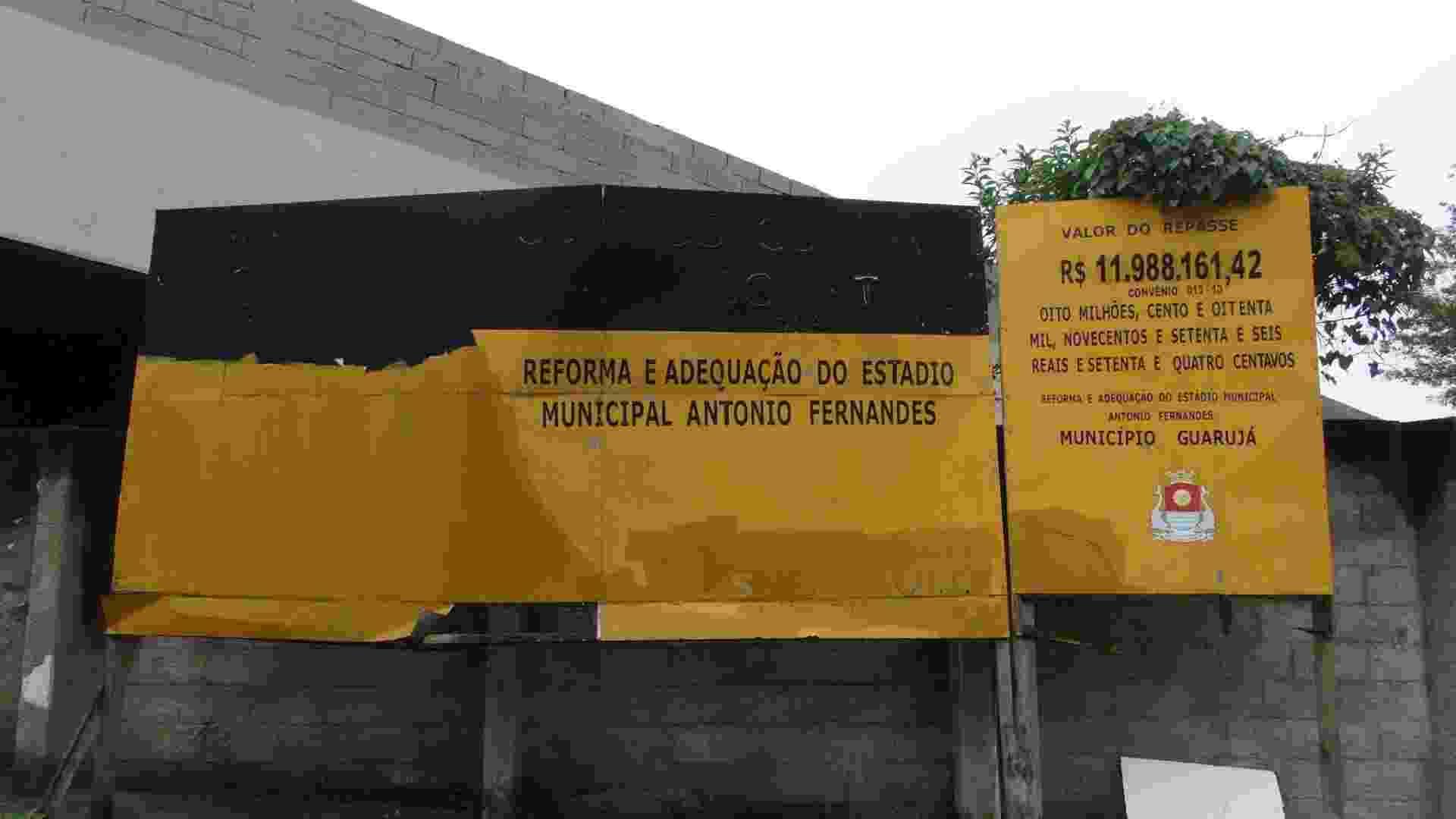Até as placas (do governo estadual) da obra que deveria ter ficado pronta há mais de um ano já estão deteriorando - Samir Carvalho/UOL