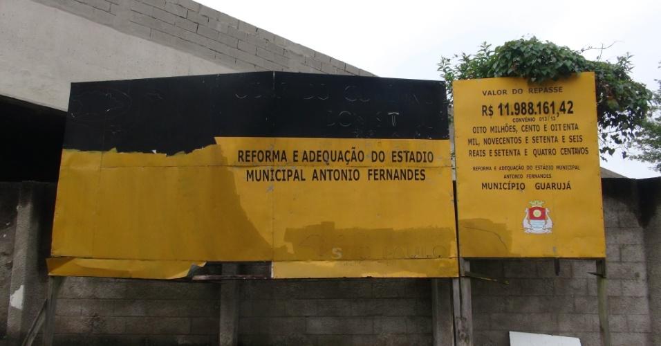 Até as placas (do governo estadual) da obra que deveria ter ficado pronta há mais de um ano já estão deteriorando