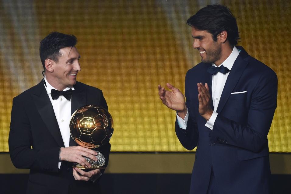 Kaká aplaude Messi após entregar ao argentino a Bola de Ouro