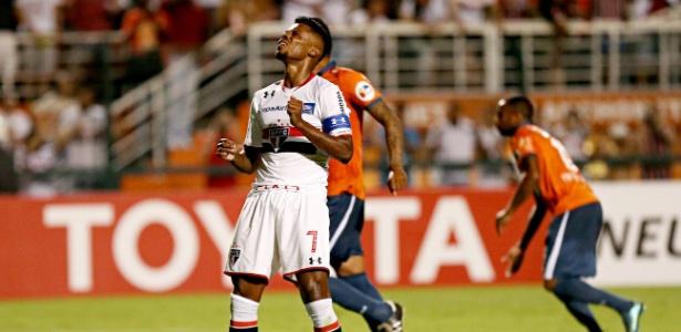 Michel Bastos volta à equipe após ser sacado no jogo anterior - Eduardo Knapp/Folhapress