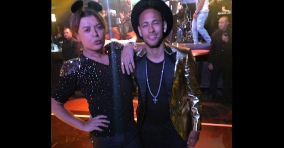 Neymar posa ao lado do promoter David Brazil na festa da irmã, em São Paulo