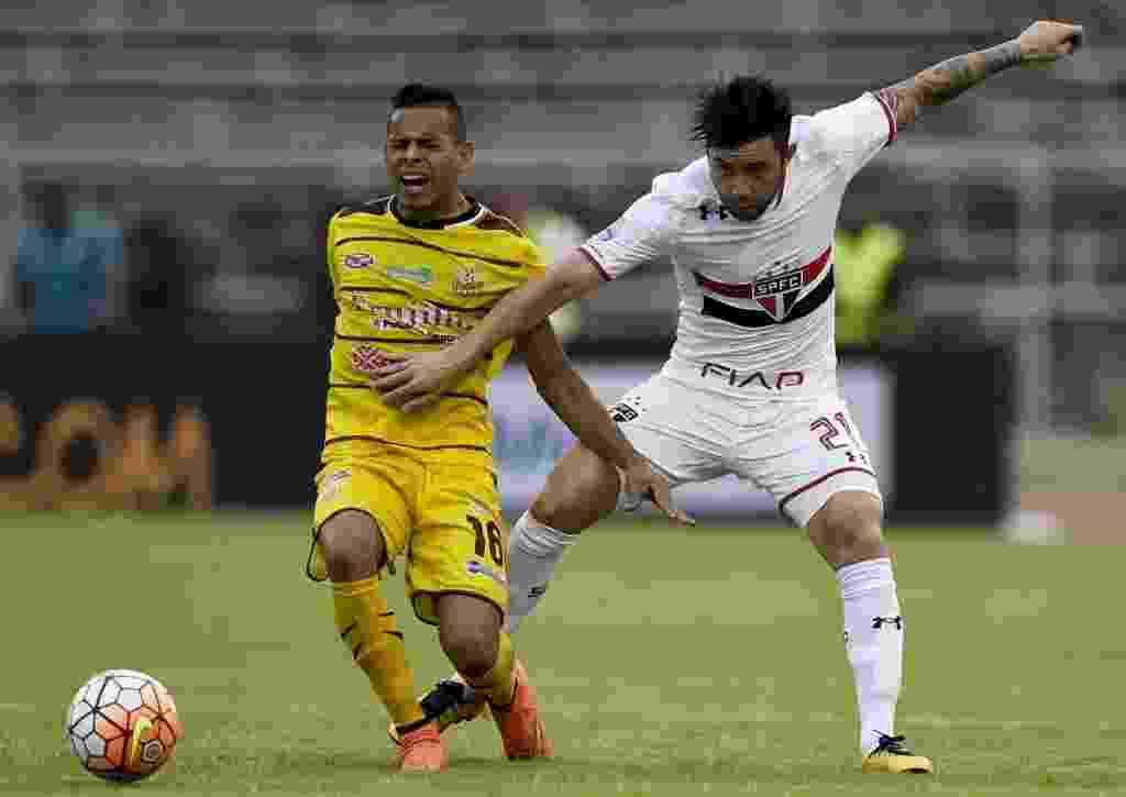 Mena tenta roubar a bola de Carlos Sosa em partida pela Libertadores da América - AFP PHOTO/JUAN BARRETO
