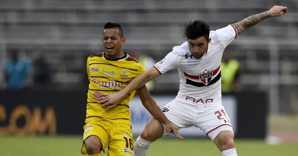 Mena tenta roubar a bola de Carlos Sosa em partida pela Libertadores da América