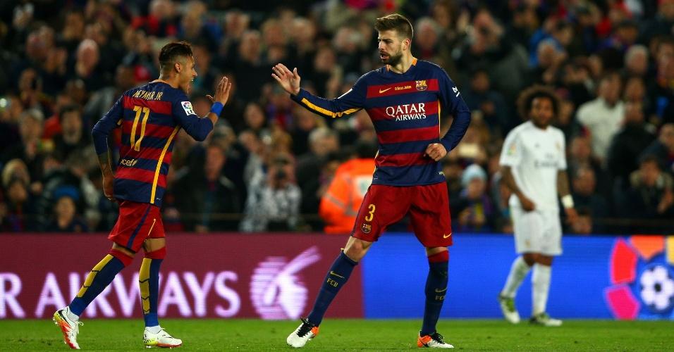 Pique, autor do gol do Barcelona no clássico contra o Real Madrid, é cumprimentado pelo brasileiro Neymar