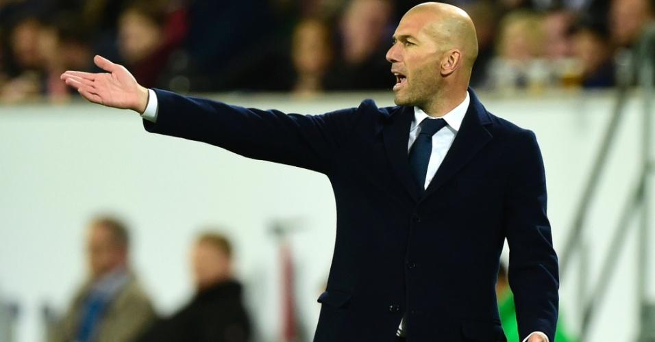 Zidane orienta a equipe do Real Madrid contra o Wolfsburg
