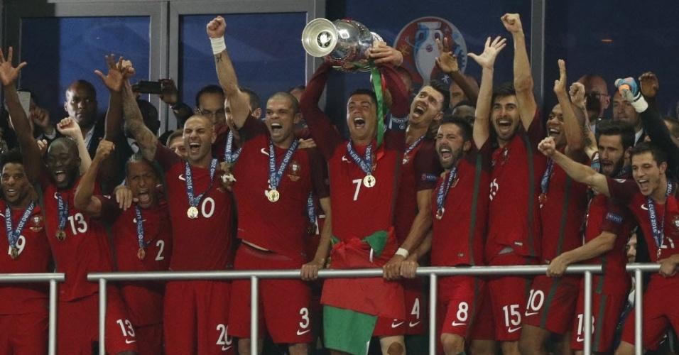 Cristiano Ronaldo levanta a taça de campeão da Europa após vencer a França na final da Euro-16