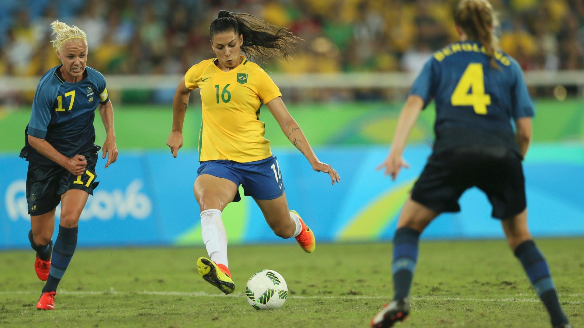 Beatriz faz o quinto gol do Brasil na goleada diante da Suécia