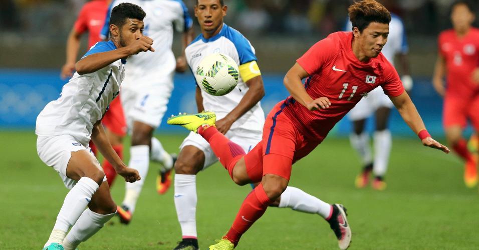 Hwang Heechan, da Coreia do Sul, divide o lance com Kevin Alvarez, de Honduras, e acaba no chão