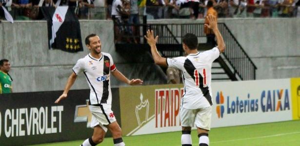Nenê e Éderson comemoram o gol contra feito por Germano em Manaus