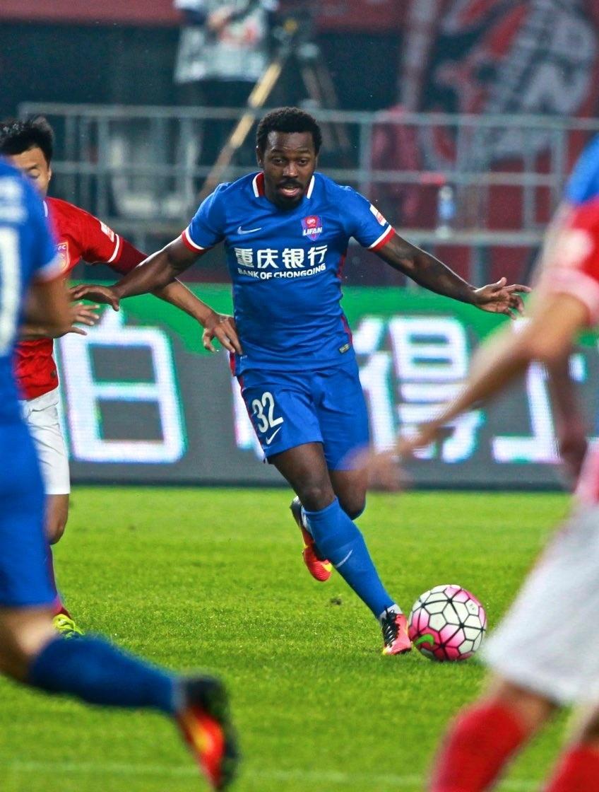 Fernandinho em ação pelo Chongqing Lifan