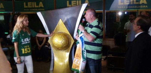 Presidente da Mancha entregou uma réplica gigante da taça de campeão brasileiro