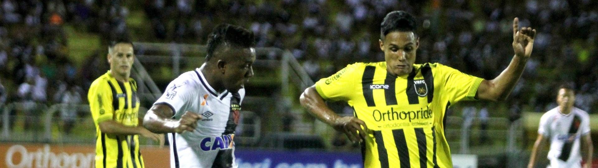 Jogadores de Vasco e Volta Redonda dividem bola em jogo do Campeonato Carioca