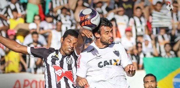 Fred disputa a bola durante partida do Atlético-MG contra o Democrata, pelo Campeonato Mineiro