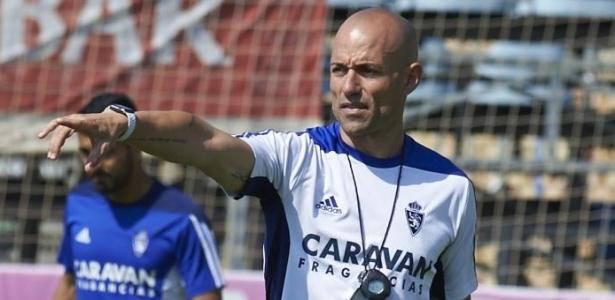 César Láinez, técnico do Zaragoza, em ação em treino do clube