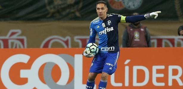 Fernando Prass em ação na vitória do Palmeiras sobre o Atlético-GO