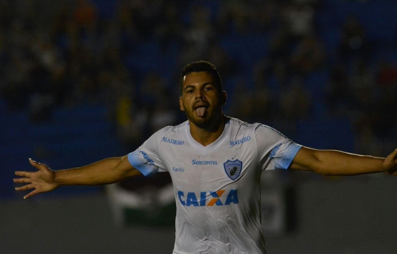 Carlos Henrique comemora gol do Londrina sobre o Fluminense