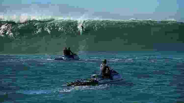 Surfista Fábio Gouveia desce em onda grande na Laje de Jaguaruna, em SC - Luis Reis - Luis Reis