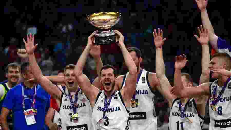 Goran Dragic ergue a taça do Eurobasket após vitória sobre a Sérvia - Ozan Kose/AFP