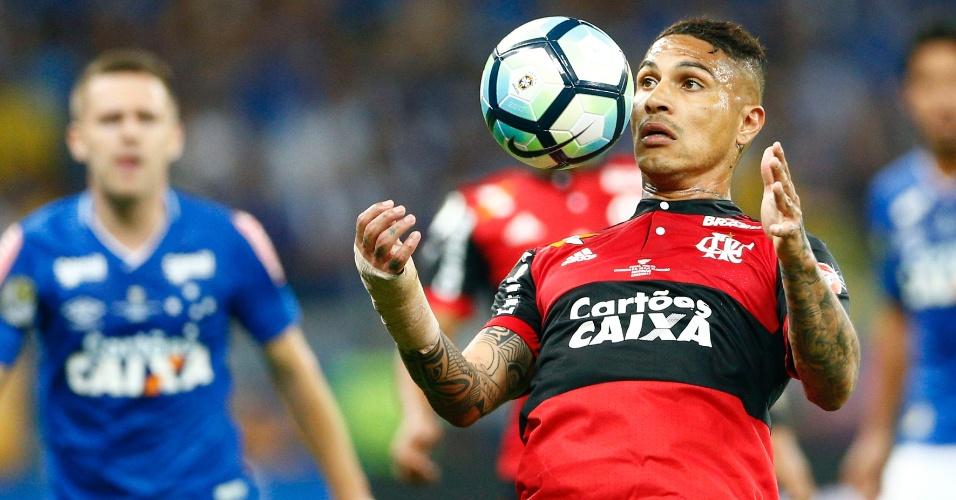 Guerrero domina a bola no peito durante a final entre Cruzeiro e Flamengo
