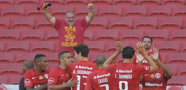 Jogadores do Internacional comemoram gol sobre o Juventude, pelo Gaúcho