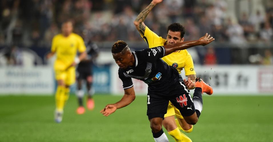 Daniel Alves e Kamano em ação na partida entre Bordeaux e PSG pelo Campeonato Francês
